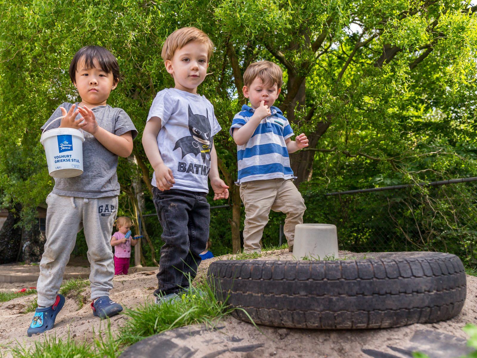 Jongens spelen buiten met emmertjes