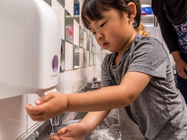 Jongen wast zelf zijn handen
